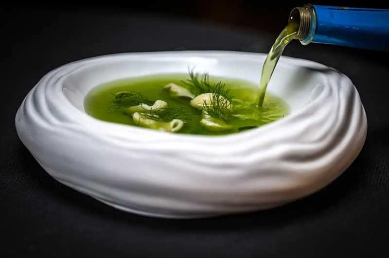 Entrante liquido de alta cocina de color verde