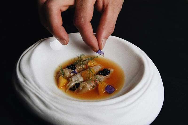 Joseba Cruz emplantando un precioso plato de Le Clandestin