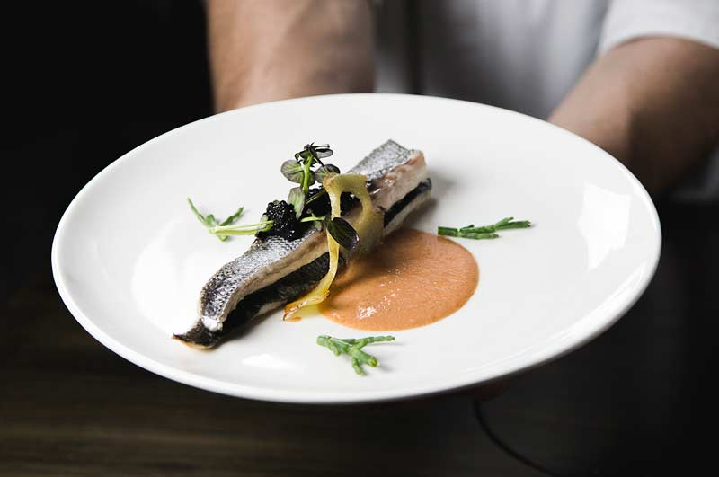 pescado con vegetales y salsa