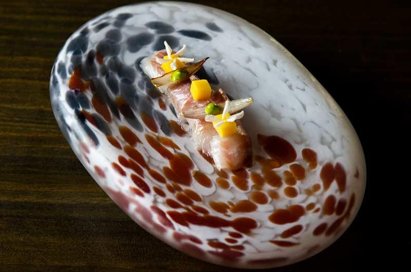 plato pescado fresco con mago y petalos